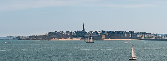 « Saint Malo from Dinard, France - July 2011 » By Diliff (Own work) [CC BY-SA 3.0 or GFDL], via Wikimedia Commons